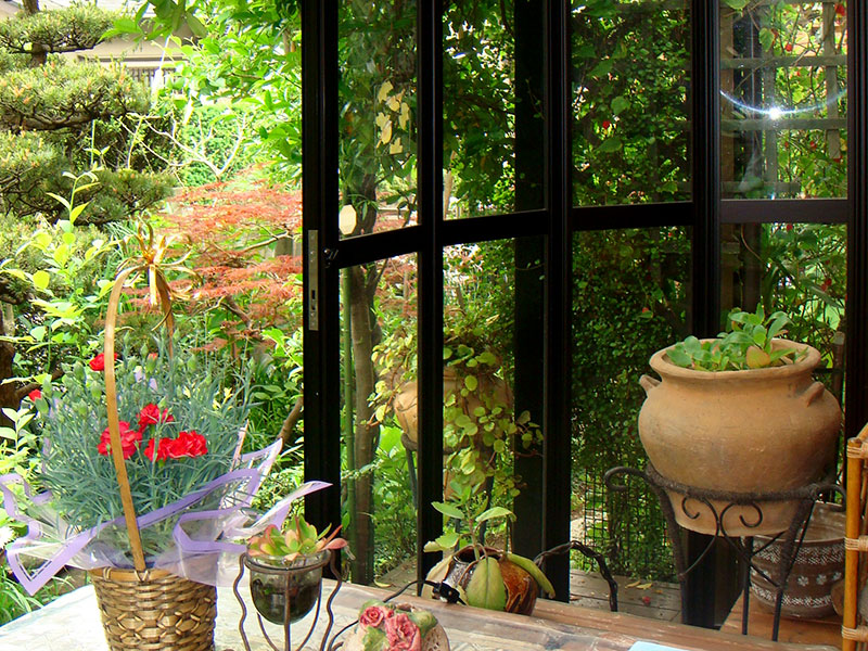 お庭では、緑に囲まれながら心地よい時間を過ごせます。